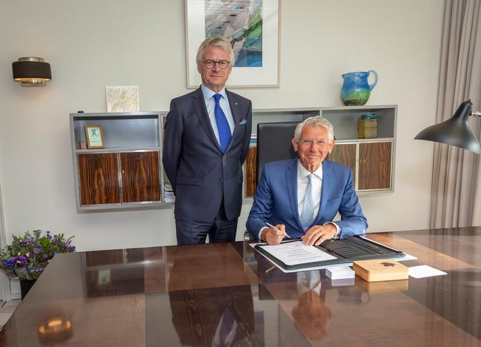 Commissaris van de Koning John Berends (links) liet donderdag Toon van Asseldonk de benodigde papieren als waarnemend burgemeester van Hattem tekenen.