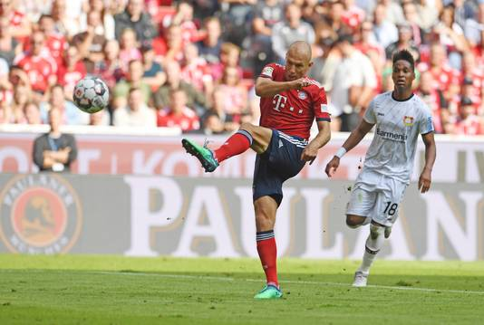 Arjen Robben haalt uit voor de 2-1.