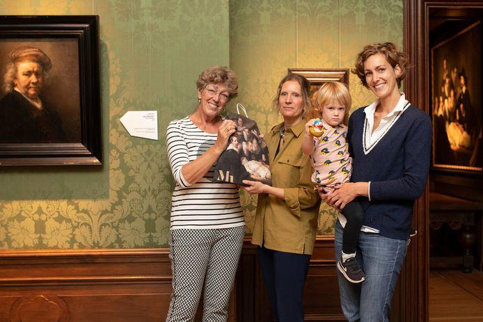 Mieke Brinkhuis uit Veenendaal is met dochter Nadine en kleindochter Anna Kolenbrander de gelukkige en krijgt van Renée Jongejan van het Mauritshuis een tas met Rembrandt-cadeautjes.