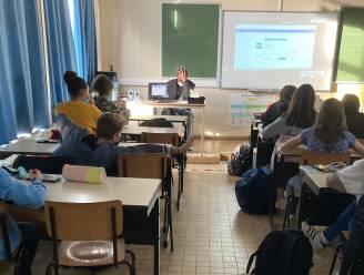 Leerkracht GO! Atheneum Denderleeuw geeft les van thuis uit via omgekeerd afstandsleren