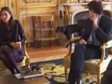 De hond van president Macron plast tegen de schouw van het Élysée