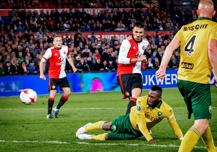 Steven Berghuis zet Feyenoord tegen ADO op 1-0 in het bekerduel van afgelopen seizoen.