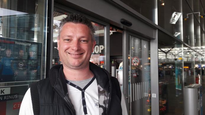 Feyenoordsupporter Erik Sluis bij de fanshop in Rotterdam