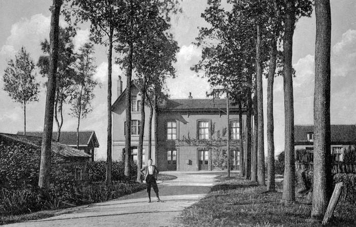 Zo kwam je in 1910 aan bij het toenmalige station tussen Etten en Leur.