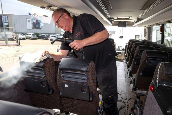 Twan Gemen reinigt een touringcar van  Kupers in Veldhoven.
