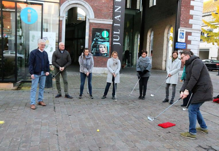 Gisteren kon voor de eerste keer een partijtje Citygolf gespeeld worden. Ook schepen Marc Hoogmartens (foto rechts) sloeg een balletje.