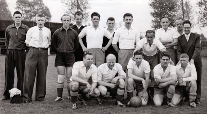 Het kampioenselftal van De Spechten uit 1956.