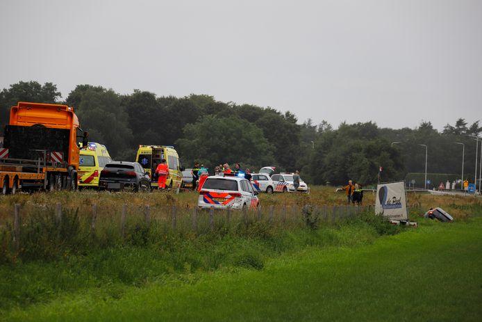 Hulpdiensten zijn massaal aanwezig op de N272 bij Oploo na het ernstige ongeval.