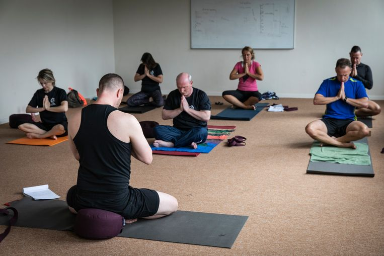Sander Thummler geeft yogales. In het midden Hans Kool.  Beeld Dingena Mol