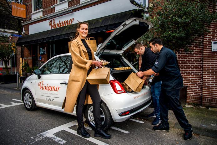 Restaurant Viviamo in Woerden - Vivian Den Hollander ( links ), en chef-kok Arthur van Dijk en souschef Ruben Verweij ( rechts) van restaurant Viviamo in Woerden laden de bestelling in de auto.