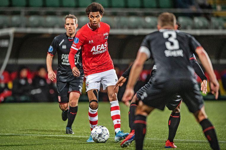 Calvin Stengs behoudt overzicht tussen een woud van spelers van FC Twente. Beeld Guus Dubbelman / de Volkskrant