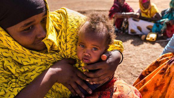 Een moeder en haar baby wachten in Wajaale, Somaliland op voedsel. De foto werd gemaakt door onze fotograaf Benoit De Freine, die samen met reporter Kurt Wertelaers in Somali verblijft om er te berichten over de hongersnood in de Hoorn van Afrika.