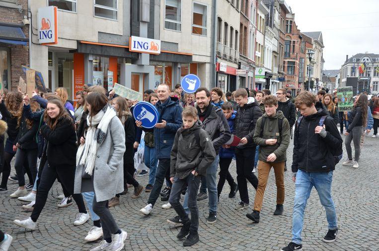 Tweehonderd leerlingen en sympathisanten liepen mee in de optocht voor het klimaat.