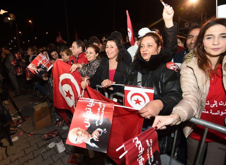 Aanhangers van de voormalige Tunesische minister-president vieren de eerste resultaten op 21 december 21, 2014 in Tunis Beeld afp