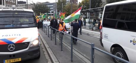 Demo 80 Koerden over busbaan Arnhem houdt volle trolleybussen tegen; veel politie op de been