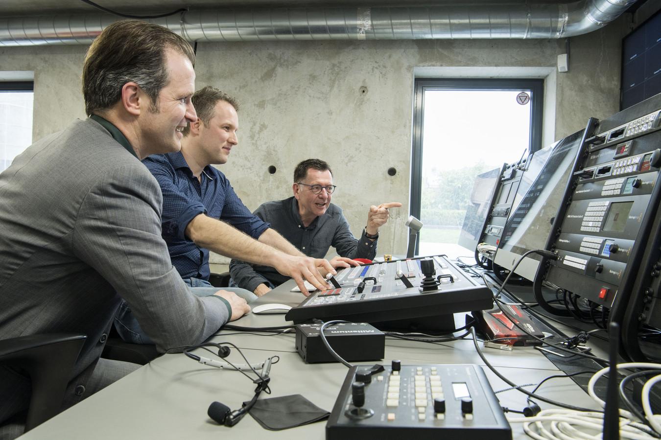 Hoofdredacteur Henk ten Harkel (rechts), beeldcoördinator Arjan Kremer en directeur Flip van Willigen (links) in de studio van 1Twente.