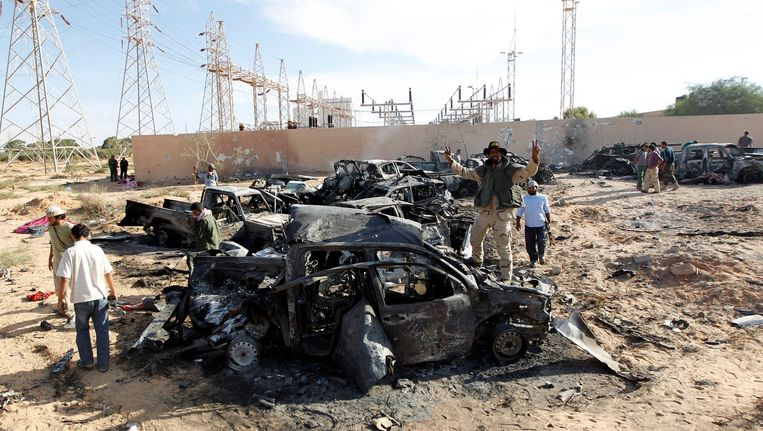 Overblijfselen van het gisteren gebombardeerde konvooi bij Sirte. Beeld REUTERS