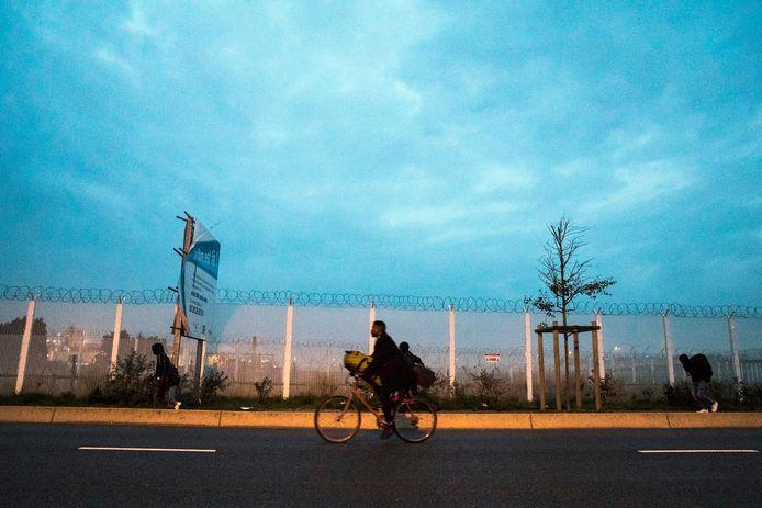 Sommige migranten nemen hun spullen mee op de fiets.