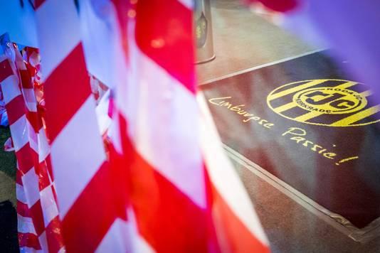 Tussen de spandoeken van boze fans gloort de lijfspreuk van Roda.