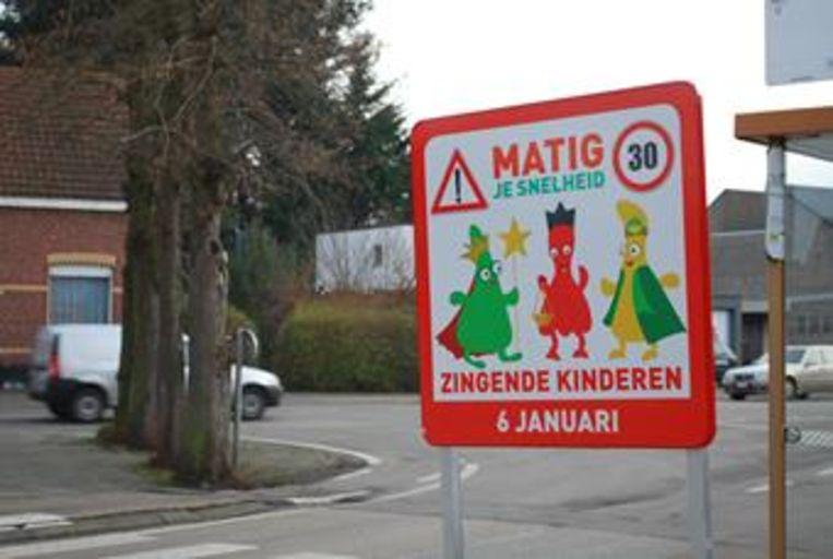 Dit bord waarschuwt voor zingende kinderen
