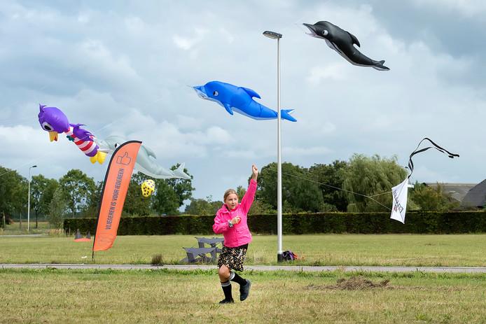 De regen was bij het Vliegerspektakel in Etten-Leur een spelbreker die ervoor zorgde dat de grotere vliegers niet de lucht in konden. Daar had dit meisje geen boodschap aan.