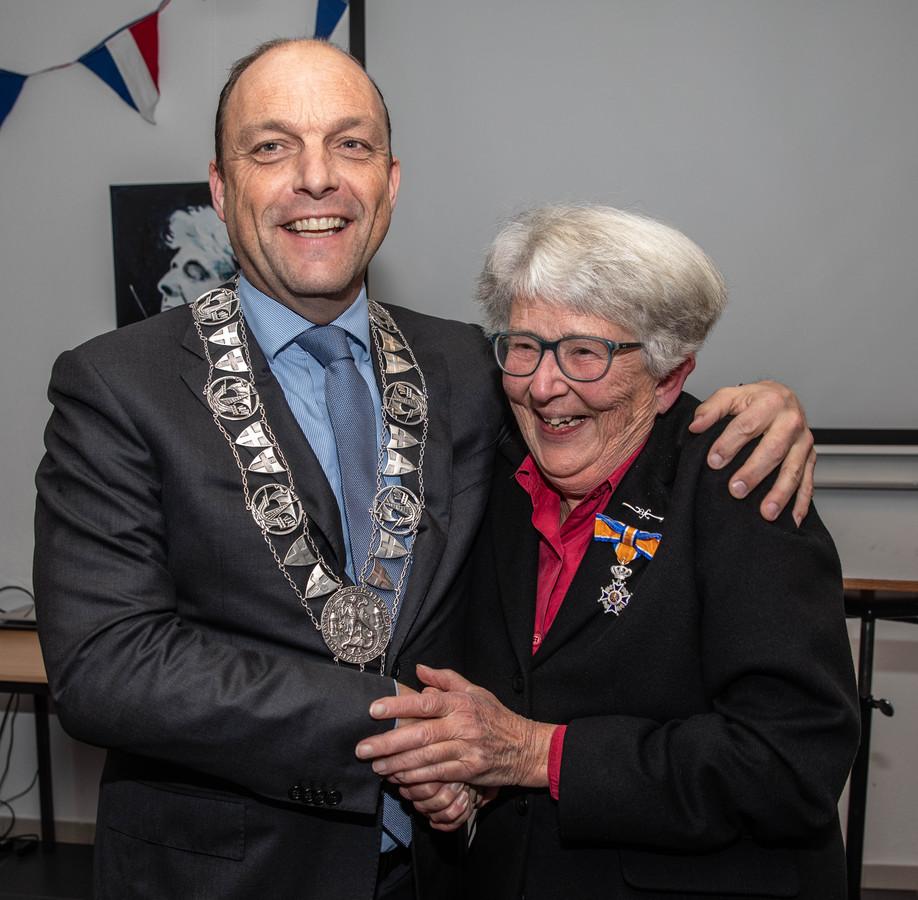 Louise Hillen kreeg de onderscheiding van burgemeester Peter Snijders.
