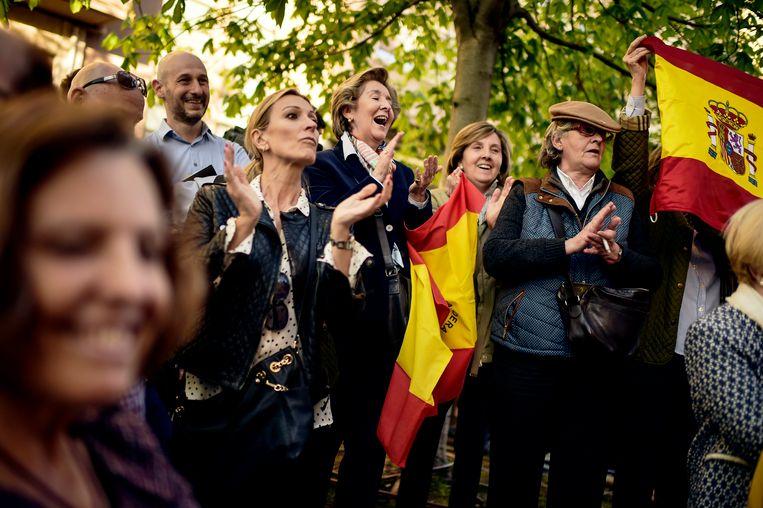 Demonstranten met Spaanse vlaggen spreken zich uit tegen de aanval. Beeld AP