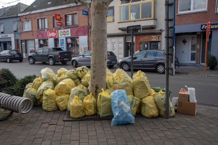 Het afval stapelt zich op in de straten van Wetteren door een staking bij Verko.