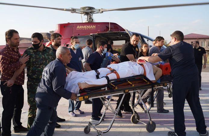 Een gewonde Armeense soldaat wordt met een helikopter weggebracht.