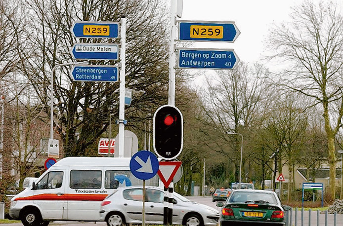 Drukke kruising van de Steenbergseweg met Wouwseweg en Schoolstraat 1 moet veranderen in een rotonde in Halsteren. Archieffoto BN DeStem