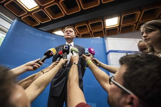 De Duitse hoofdofficier van justitie Axel Stahl tijdens een persconferentie over vijf patiënten door natuurgenezer Klaus Ross.