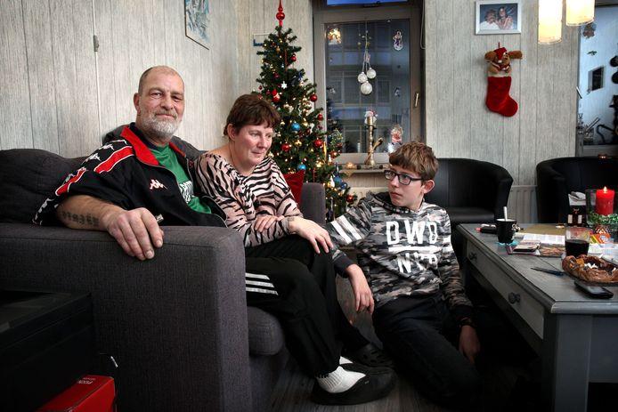 Edwin Dobber (links) rond kerst vorig jaar in zijn huis in de Tweebosbuurt.