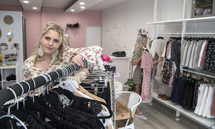 Danieke Damink (19) in haar winkel Goldy Store in hartje Oldenzaal.