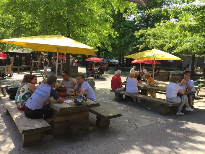"""Op het terras van In den Bockenreyder in Esbeek is zomaar neerploffen met zessen ook niet toegestaan. ,,Nee, jullie mogen niet met zes aan één tafel. Wel twee aan twee, maar dan met anderhalve meter ertussen."""""""