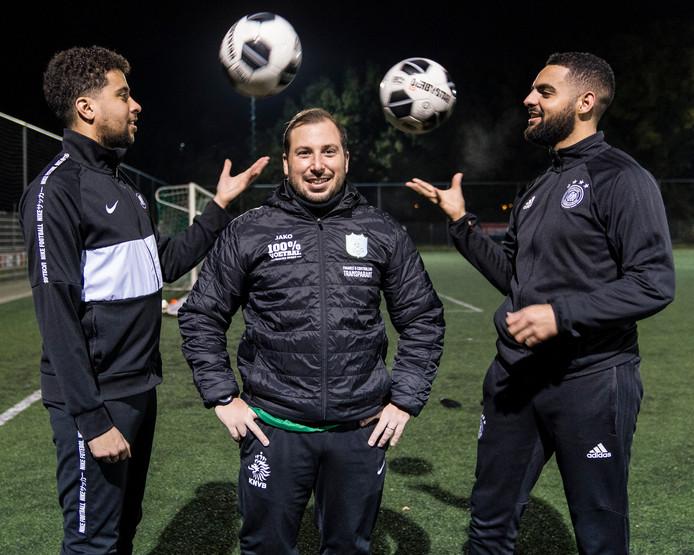 TGG-trainer Ricardo Aguado (midden) wordt geflankeerd door twee van zijn spelers.