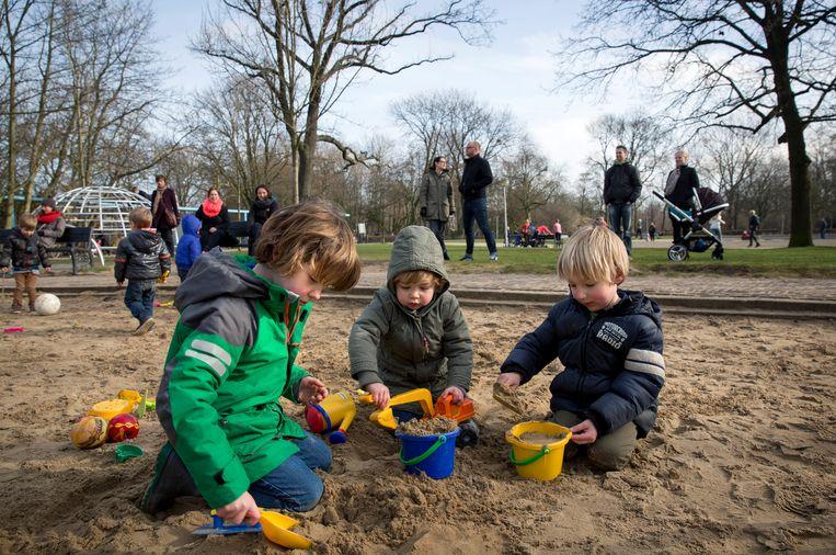 Kinderen spelen in het Vondelpark in de eerste lentezon. Beeld ANP
