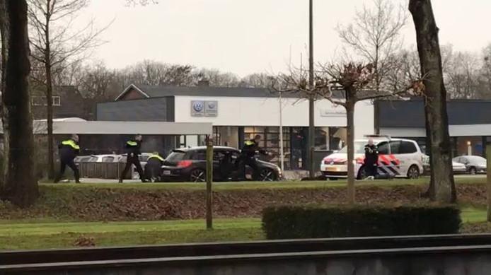 De politie in actie in Ommen. De verdachten worden uit de auto gehaald.