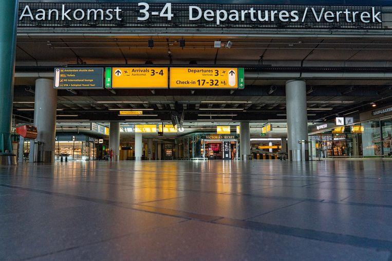 Een leeg Schiphol, vorige week. Bijna alle passagiers die hier nog rondlopen komen of gaan met repatriëringsvluchten. Beeld Getty Images, Wim Wobbes