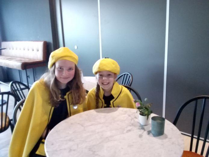Lizzy van Schijndel (L) en Fleur Burgmans (R), jeugdraad Helvoirt