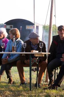 Sfeervol wijn proeven in 's Heerenberg tussen vuurkorf en druivenstruiken