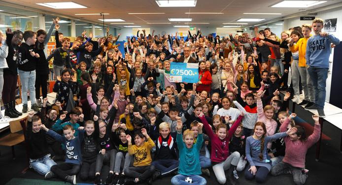 Leerlingen van de Theo Thijssenschool met de cheque voor Stichting Kinderen van Nieuw Aurora.