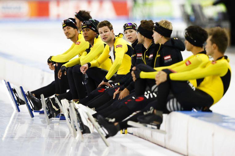 Jumbo-Visma een paar weken terug. Nu dragen de schaatsers mondkapjes totdat ze op het ijs stappen.  Beeld ANP