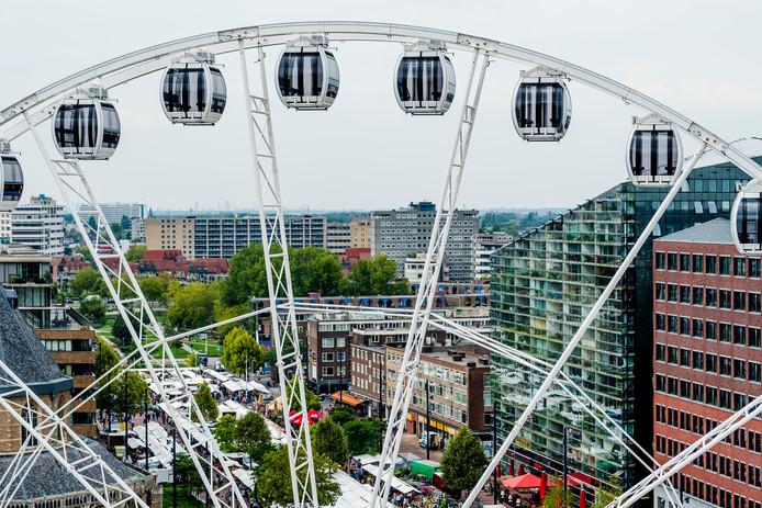 De gemeente Rotterdam en de exploitant van het reuzenrad kijken samen naar een nieuwe stek voor de attractie in de stad.