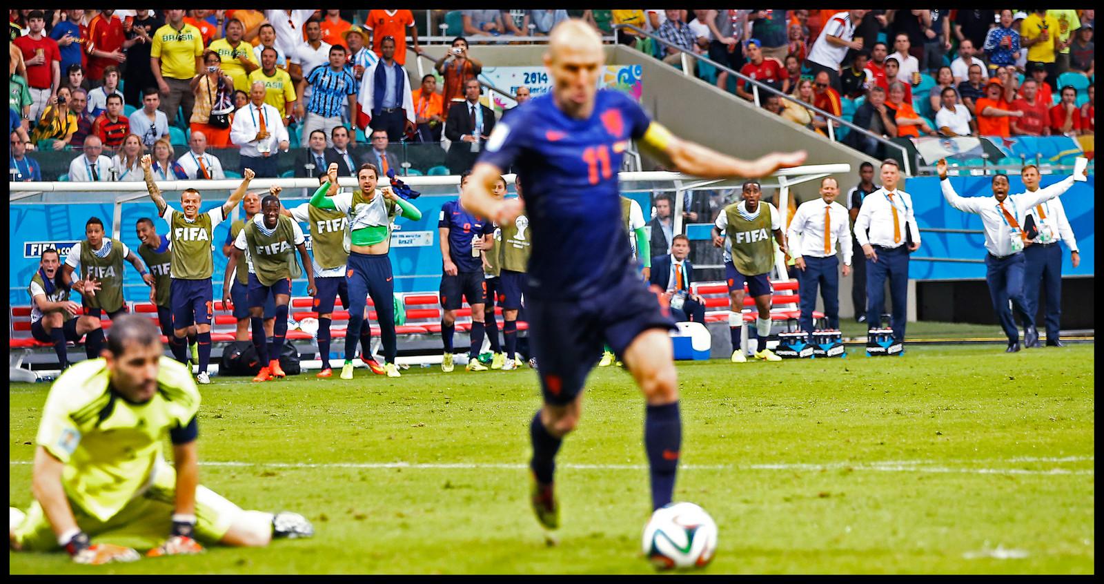 Arjen Robben passeert Iker Casillas en is op weg naar de 5-1!