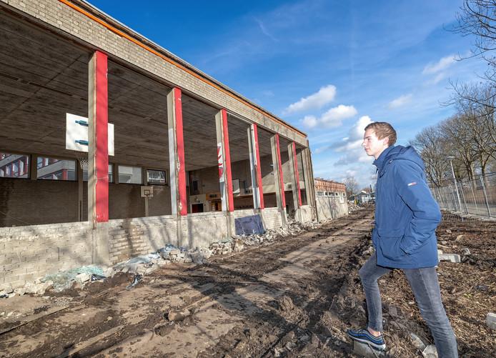 Boskoper en ex-leerling Remi Benschop kijkt bij de sloop van de gymzalen aan de Tolstraat. Bekende Alphenaren als Liesbeth Spies en Martin Verkerk sportten er ook.