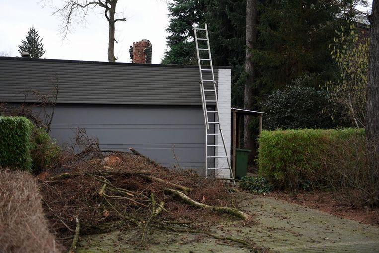 De schoorsteen van Ludo Herbots uit Linden raakte zwaar beschadigd nadat er een boom op viel.