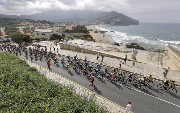 Renners in actie tijdens de 17de etappe van de Vuelta 2018. Beeld EPA