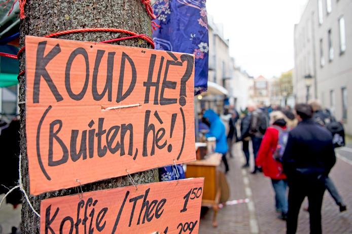 Bezoekers op de Utrechtse vrijmarkt hielden in 2016 al rekening met het koude weer.