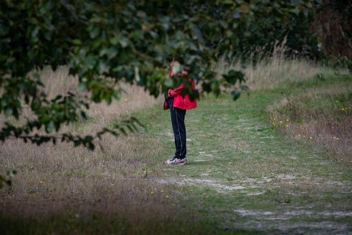 Foto ter illustratie. Een bezoeker van het Larserbos bij Lelystad.
