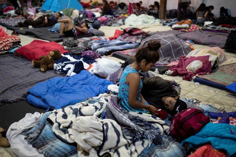 Migranten in een tijdelijke opvang in Tijuana, Mexico. Beeld Reuters
